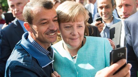 Angela Merkel im Jahr 2015 beim Besuch einer Erstaufnahmeeinrichtung für Asylbewerber