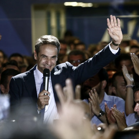 Mitsotakis spricht nach dem Wahlsieg zu seinen Anhängern