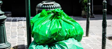 grüne Mülltüten in Brüssel