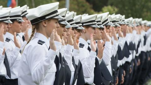 Polizei-Anwärter legen ihren Diensteid ab.