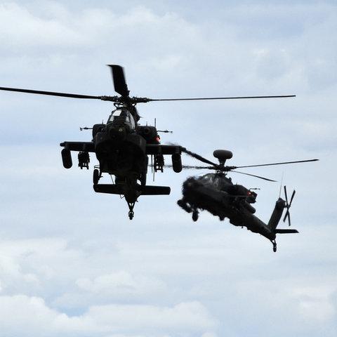Zwei Kampfhubschrauber fliegen am Himmel
