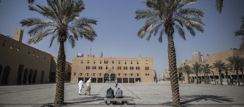 Saudi-Arabien, Riad: Männer gehen über den Al-Safah-Platz