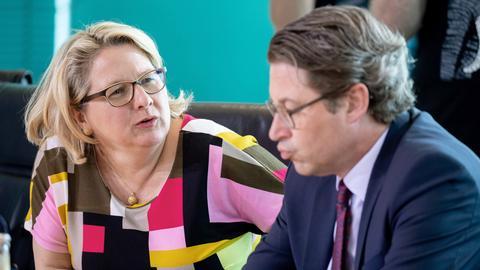 Umweltministerin Schulze sitzt neben Verkehrsminister Scheuer bei der Sitzung des Bundeskabinetts im Bundeskanzleramt