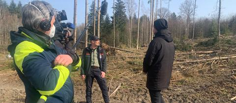 Revierförster Mathias Kirchner bei den Dreharbeiten im Taunussteiner Wald