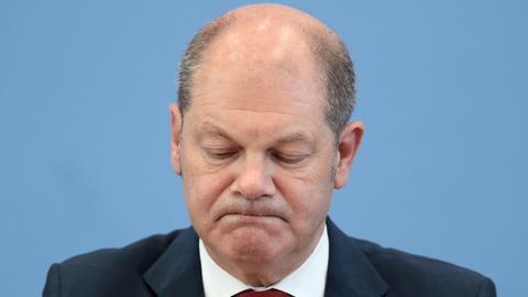 Bei der Pressekonferenz zum Bundeshaushalt 2020 macht Finanzminister Scholz ein trauriges Gesicht