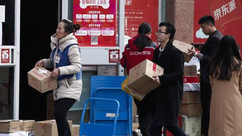 Studenten holen sich ihre Online-Einkäufe an der Universität in Beijing ab.