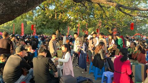 Auf dem Teefest in Tianxin, Wuyishan, bieten die örtlichen Teebauern ihre Tees zum Probieren und Kaufen an.