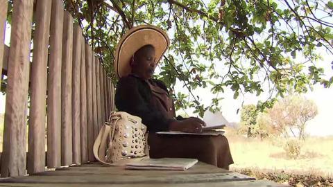 Grace Choga, Laien-Therapeutin in Simbabwe, sitz auf einer sogenannten Freundschaftsbank
