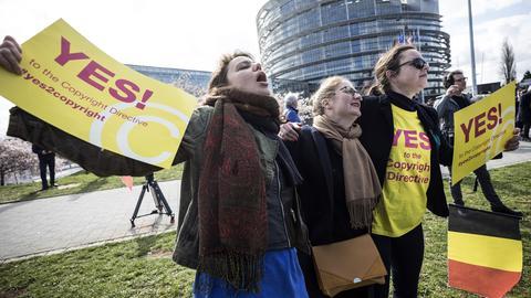 Demonstranten, die sich vor dem Europäischen Parlament zur Unterstützung über die Abstimmung des Urheberrechts versammelt haben