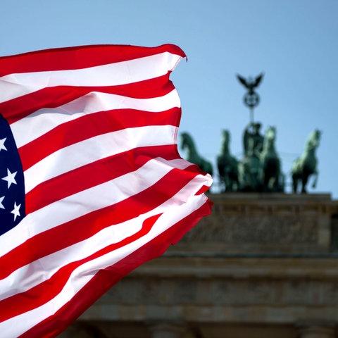 US-Flagge vor dem Brandenburger Tor