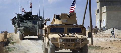 US-Truppen mit gepanzerten Fahrzeugen in den Außenbezirken der Stadt Manbij (Syrien)