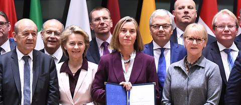 Gruppenbild der EU-Außenminister nach der Unterzeichnung des Dokuments, das den Grundstein für eine europäische Verteidigungsunion legt.