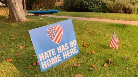 """Vorgarten-Schild mit der Aufschrift """"Hate has no home here"""""""