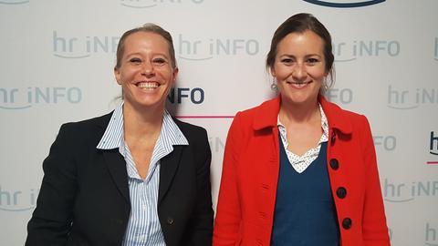 Linken-Spitzenkandidatin Janine Wissler (re.) und hr-iNFO-Moderatorin Simone von der Forst