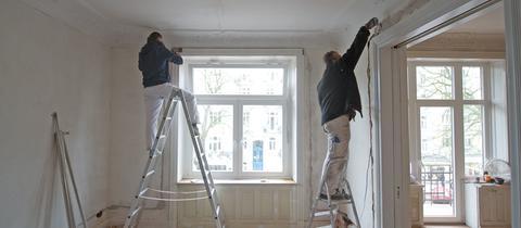 Zwei Männer renovieren eine Wohnung
