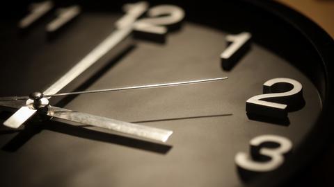 Eine Uhr, die 3 Uhr anzeigt