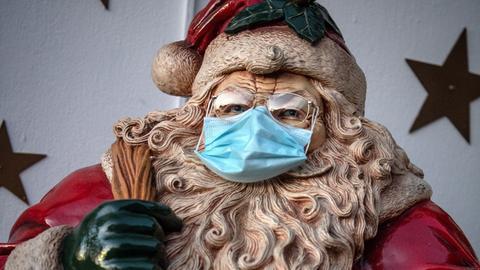 Weihnachtsmannfigur mit Maske