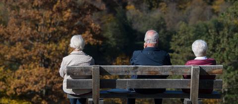 Senioren sitzen auf einer Bank