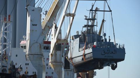 Ein Küstenschutzboot für Saudi-Arabien wird im Hafen Mukran auf ein Transportschiff verladen.