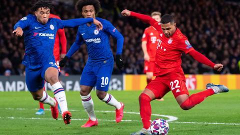 Serge Gnabry (r) von München und Reece James (l) und Willian von Chelsea kämpfen um den Ball.