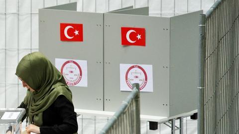 Frau mit Kopftuch an türkischen Wahlurnen in Hessen