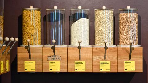 Behältnisse mit Waren zum Abfüllen
