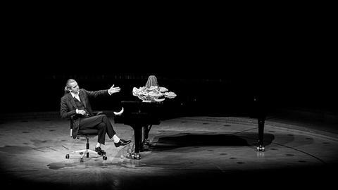 Hagen Rether sitzt am Piano