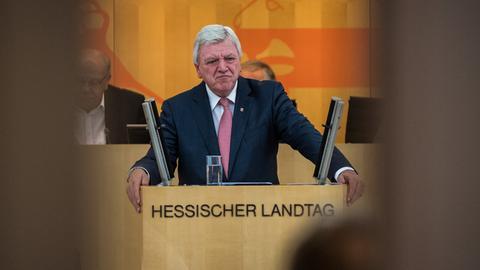 Volker Bouffier steht am Rednerpult im hessischen Landtag