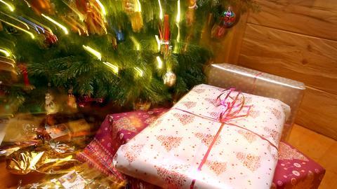 Weihnachtsgeschenke unterm Tannenbaum