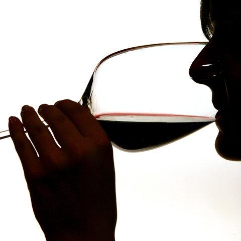 Frau trinkt Wein (Silhouette)
