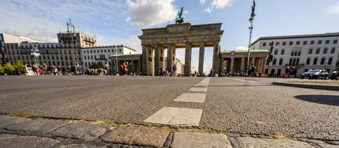 Brandenburger Tor und gestrichelte Linie für Grenze zwischen Ost und West